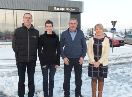 Steven Dochy, Liesbeth Tjampens, Marc Dochy en Christine Vandewaetere, twee generaties garage Dochy, voor hun nieuwbouw. FOTO: FMR