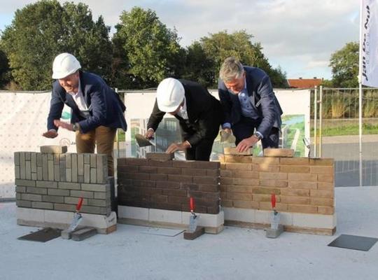 De eerste steenlegging van het woonproject werd een plezante bedoening. - Foto Valentijn Dumoulein